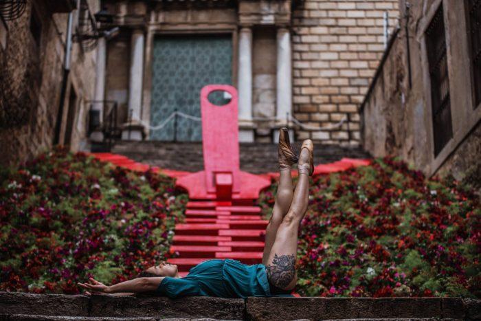 Beto Perez Dancers of Girona, bailarina acostada entre flores
