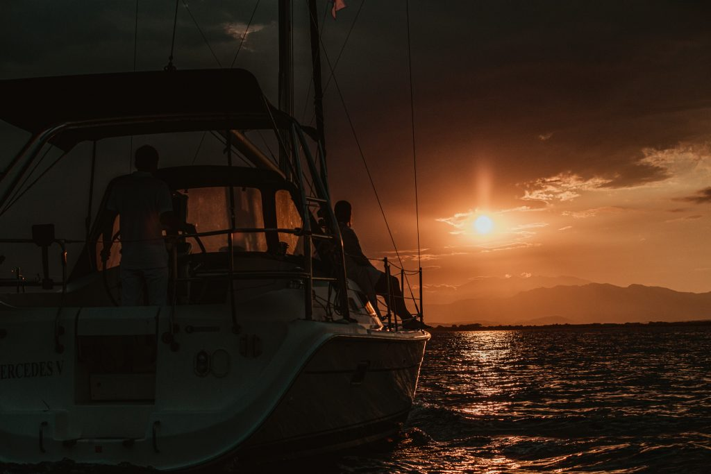 Atardecer en la costa brava, velero, Golfo de Rosas