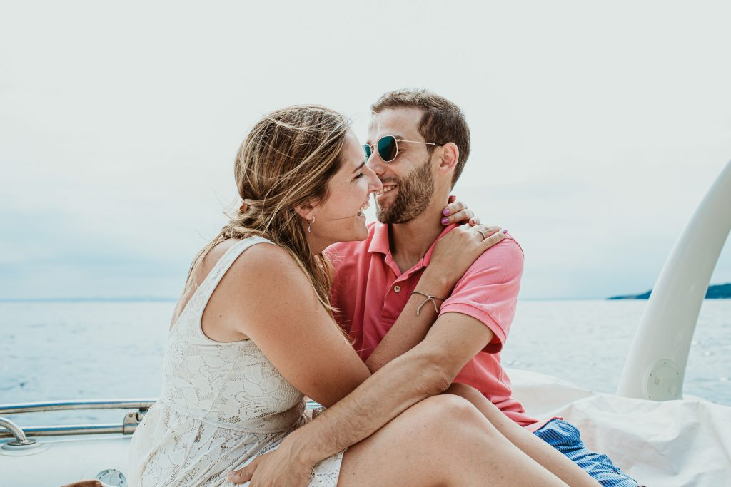 Costa brava sesión de fotos, pareja enamorada, vacaciones en la costa brava, Rosas pueblo catalán