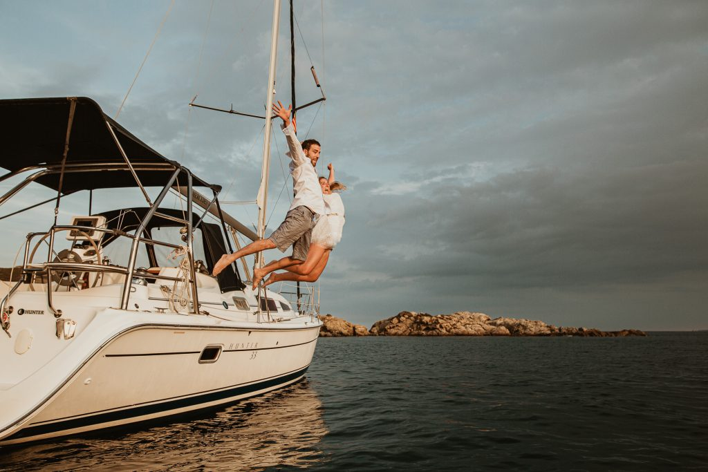Paseo en velero en la Costa brava, pareja saltando del barco, preboda castell empordà