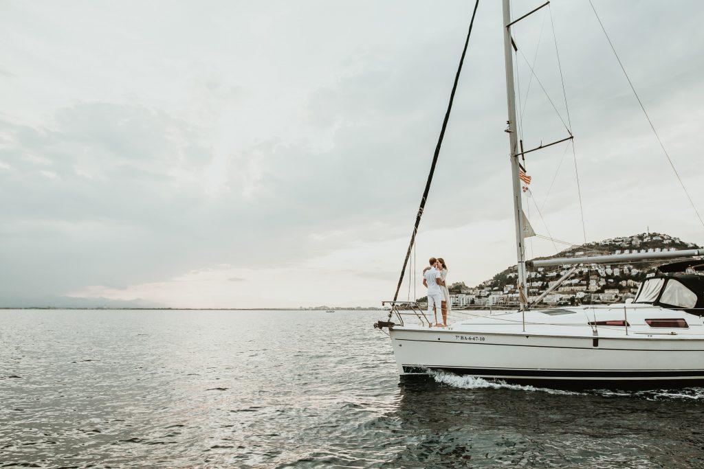 Pareja en un velero en la costa brava, paseo en barco por la costa brava, Castell Empordà
