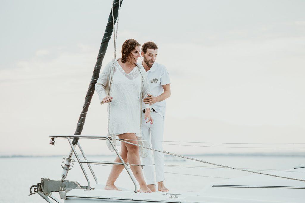 Costa Brava fotos en un barco, pareja enamorada paseo en barco