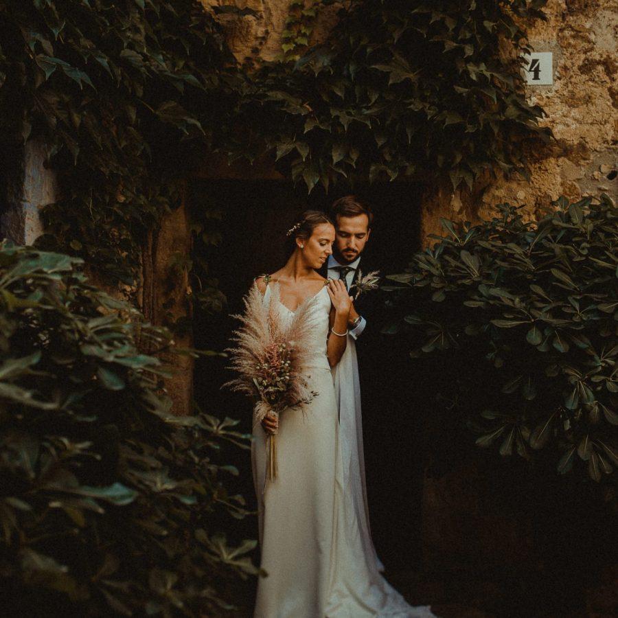 Boda en el castillo de caramany girona de una pareja alegre