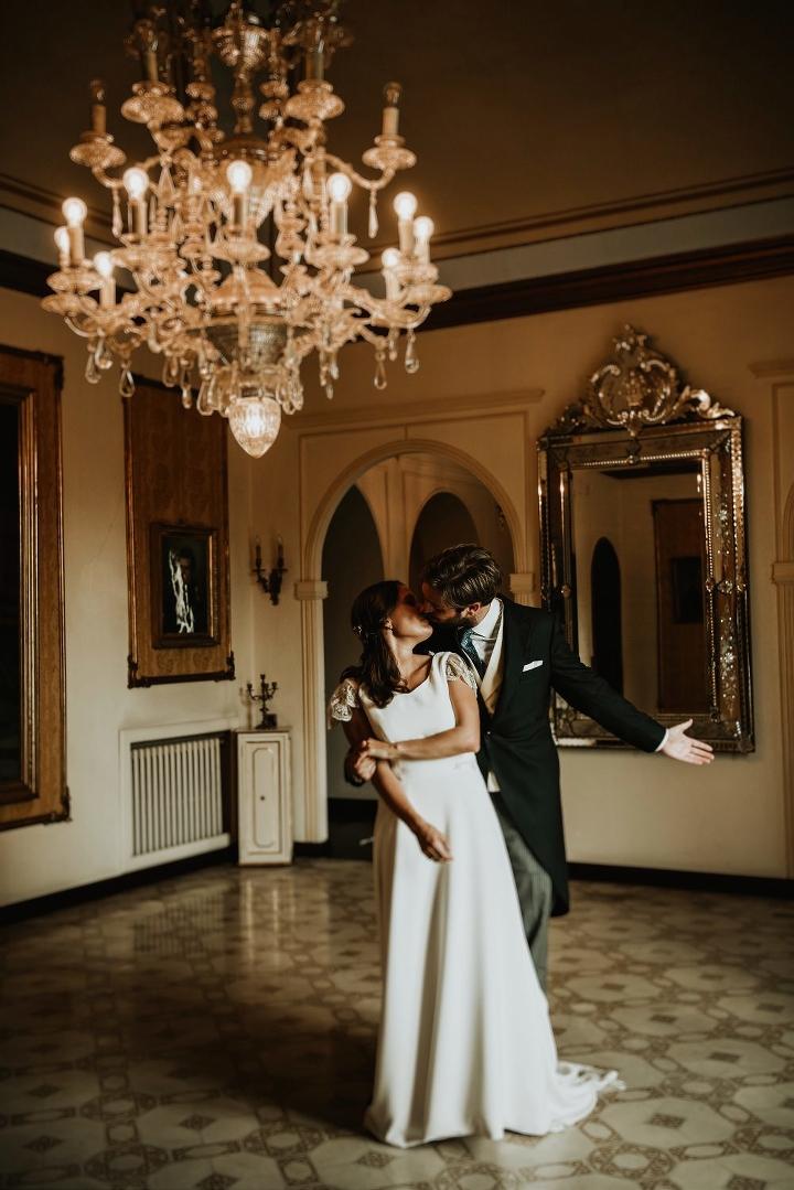 Fotógrafo recomendable de bodas en Girona Boda en el castillo de caramany girona de una pareja alegre