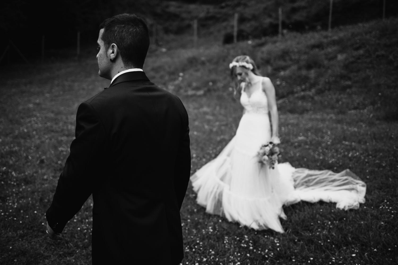 novios en su sesión de pareja en blanco y negro