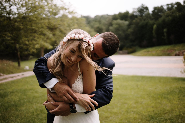 Pareja de recién casados abrazados.