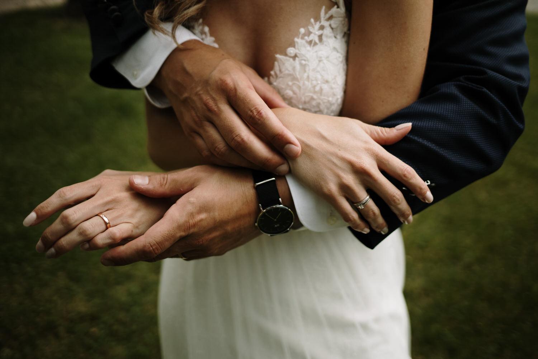 manos y alianzas de una pareja recién casada.