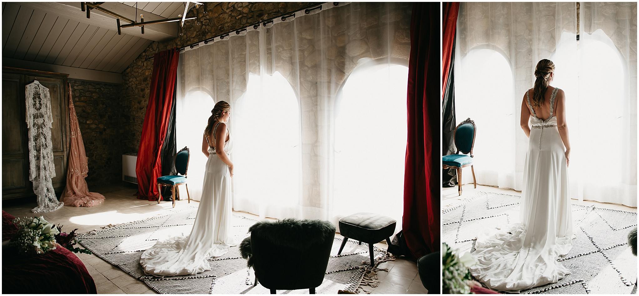 Beto Perez fotógrafo de bodas en el Castillo d'Empordà, mejores y exclusivos lugares de boda en Girona y la Costa Brava, Novia en los preparativos de su boda, fotos de novias en los preparativos, novia en la ventana