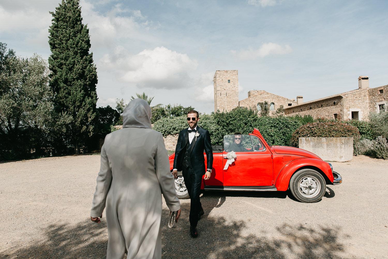 Trajes para novios elegantes en Girona y Costa Brava, novio enel Castillo del Empordà