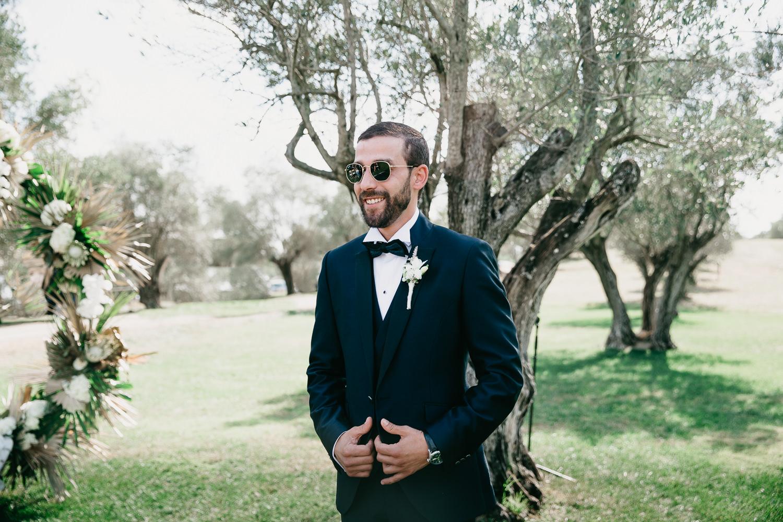 Novio esperando a su futura esposa, novios elegantes y con estilo en el Castell d'Empordà