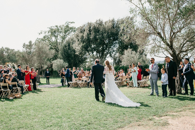 novia entrando a al altar, boda al aire libre en el Castell d'Empordà