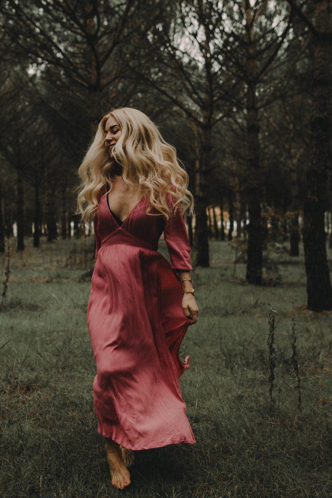 Pasear en el bosque, paseo por senderos. vestidos para verano, cabello rubio