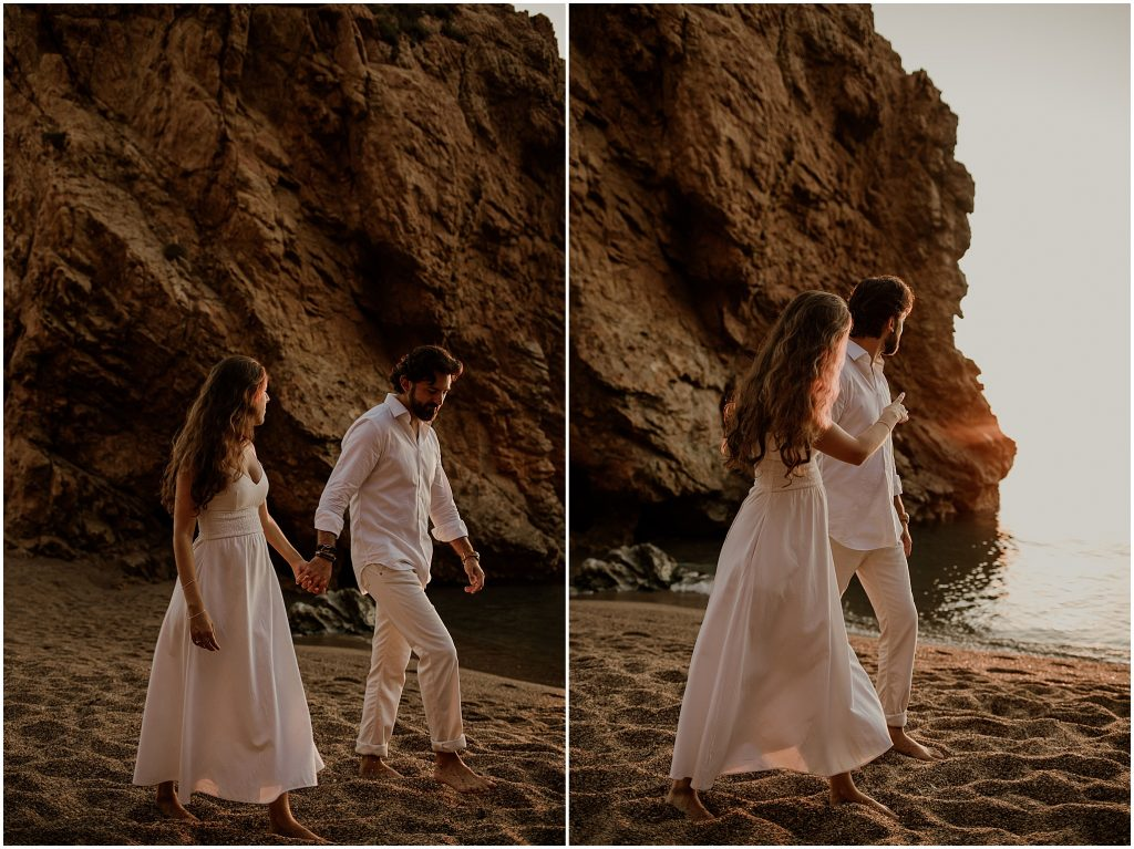 Pareja caminando agarrada de la mano en la playa de Begur Costa Brava, preboda en la Costa brava, Beto Perez fotógrafo de bodas