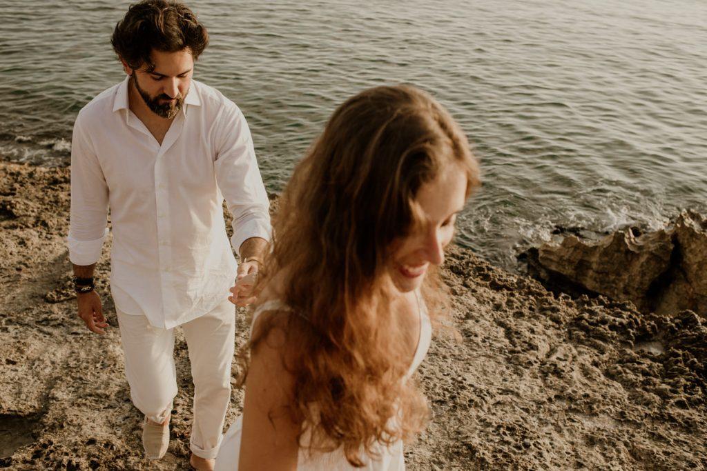 preboda en la Illa Roja, vacaciones en Begur, hombre vestido de blanco, chica con vestido ibicenco en la costa brava, beto perez