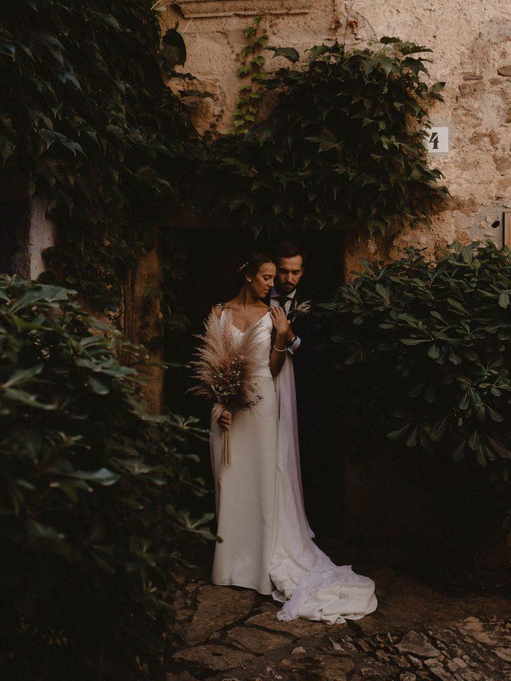 Boda en Castell de Caramanay, Fran Sarabia, Pereja de novios en peratallada