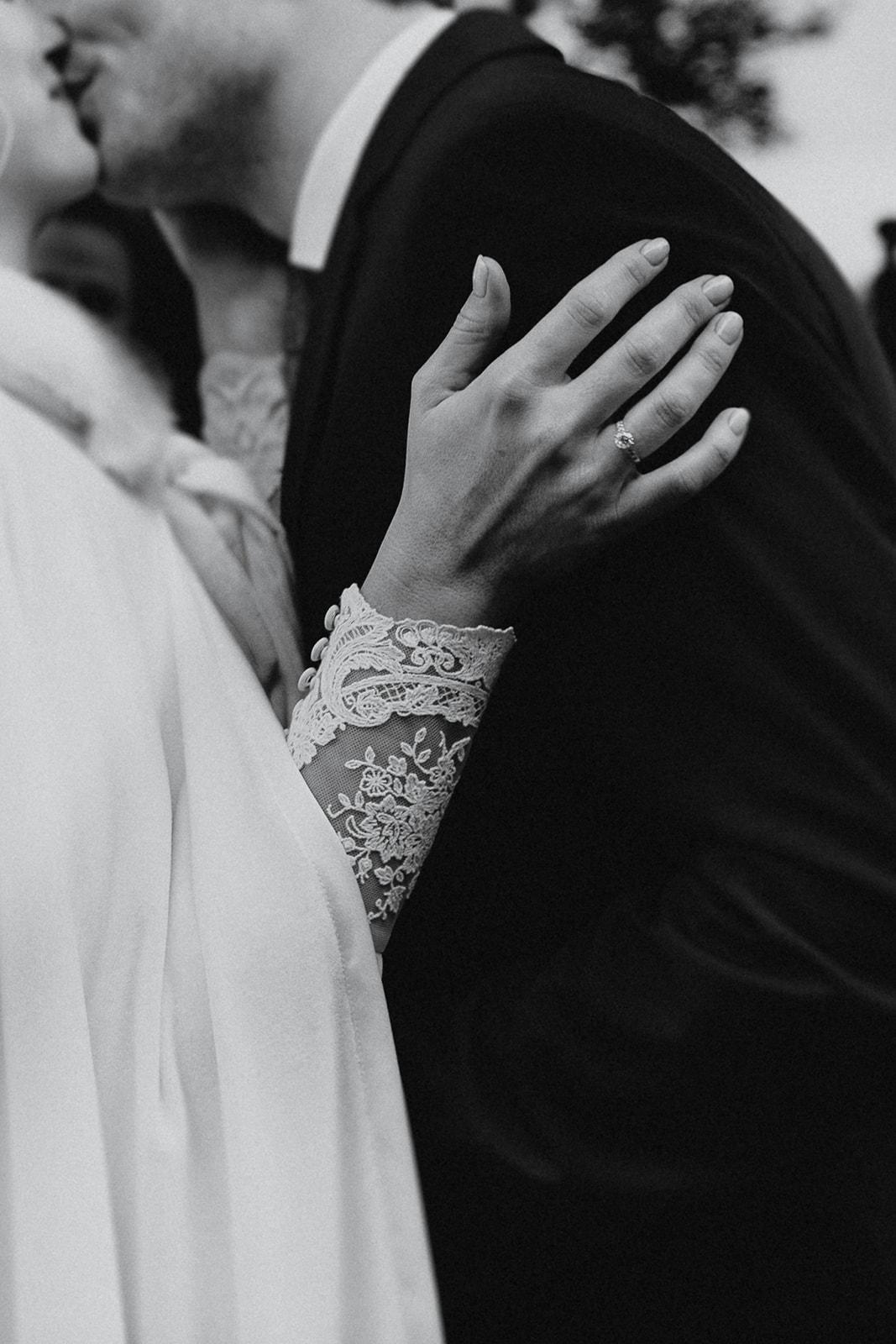 Beto Perez Fotógrafo de bodas, novia de invierno con capa, Organización de bodas Pilar Belo, Castillo para bodas Girona