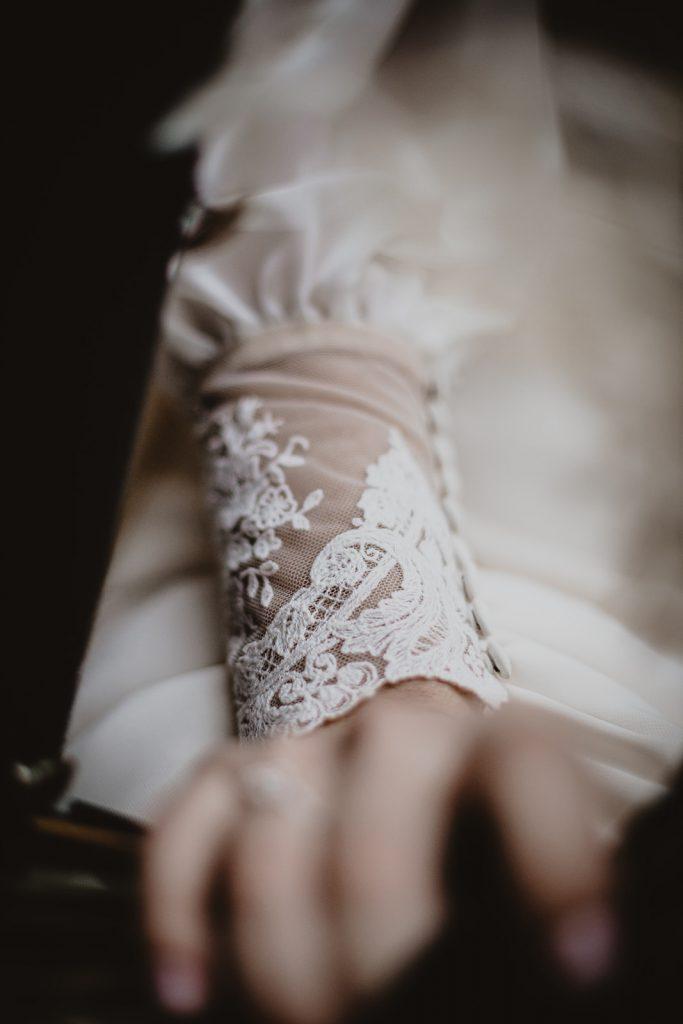 vestido con capa abrigado de novia l'arca barcelona, castell de bodas girona, Beto Perez fotografo