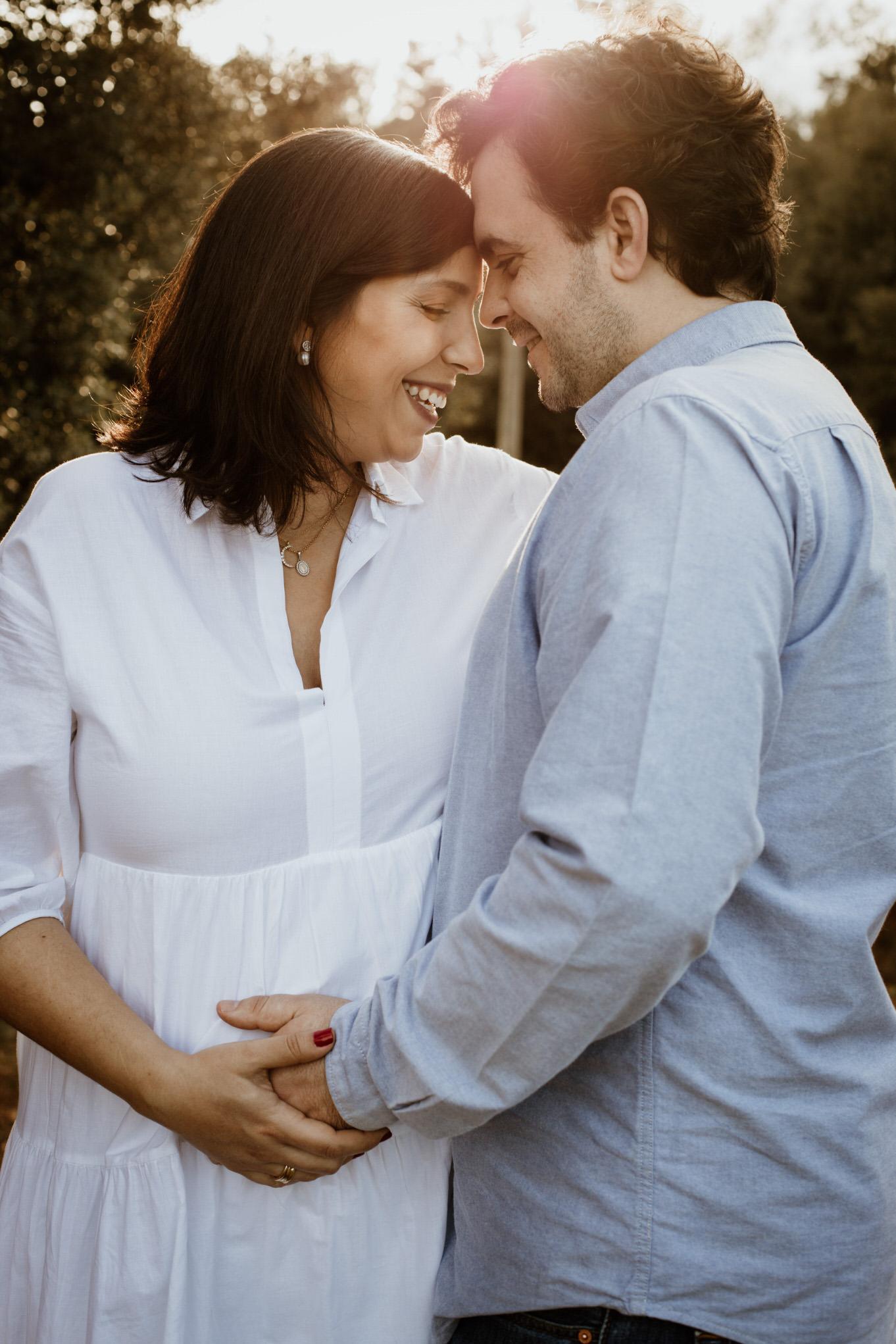 sesión de fotos de embarazada al aire libre, vestidos elegantes para embarazadas, imagenes para anunciar embarazo